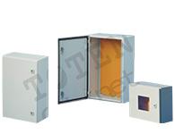 图腾  CB系列电子控制箱     多次折弯的箱口,能防止开箱时水和杂物进入箱体;冷轧钢板焊接箱体,非常坚固;有极好的密封性能;一次成型的箱门褶边,具有美观的外表和很好的强度;箱门可按用户需要改装成左开或右开;箱体内安装板深度可以调节;箱体上预装接地螺栓,门上有接地钉;箱体后部预钻安装孔,不须另行开孔;