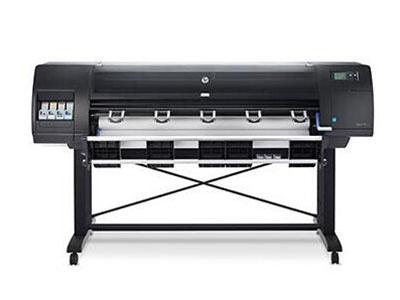 """HP Designjet D5800大幅面生产型打印机 速度最快的60英寸染料墨水生产型打印机    """"轻松集成至低成本环境 1、此款打印机可与您的当前环境无缝集成,而且能继续使用现有墨水 2、降低打印成本——配备专为惠普染料墨水优化的单一双通道打印SKU,任何色彩均可缤纷呈现。 3、借助墨滴尺寸极小的新型打印头,创建色彩过渡与粒度至臻完美的打印件 4、简单的介质处理特性可确保介质在打印过程中始终平整顺滑,有效提升工作效率"""""""