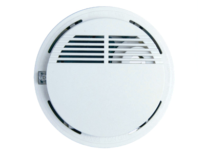 辉诺 无线烟感  无线独立型烟雾传感器适用安装在少烟、禁烟场所探测烟雾离子,通过烟雾警报器能够准确地检测烟雾,当烟雾浓度超过限量时,传感器发出声光告警,并向采集器输出告警信号。探测器使用9V电池供电,功耗低。当电池供电不足时有欠压指示信号。频率:315M