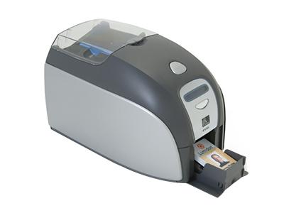 斑马ZXP3    单面或双面直接到卡打印。打印速度更快:最高可达750卡小时(单色)、180卡小时(全彩色YMCKO )和140卡/小时(全彩色YMCKOK ) 全面的编码功能,可满足各类市场和应用需求 凭借逼真的色彩、清晰的图片、文本和条码,实现出色的打印品质 直观的设计. 易于使用:简化培训要求可选的安全功能,支持即时发放证卡的打印