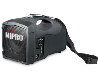 咪宝 MA-101U无线喊话器  袖珍轻巧便于肩挂、手提、放置桌面或架设在三角架上使用。首创隐藏式接收天线设计,不但避免折断故障,而且具有极佳的接收效果。智能型充电式电源,充电4小时,可连续使用8小时,停电照常全功能动作。可连接录放音机、随身听或其它音源混合输入同时扩音。