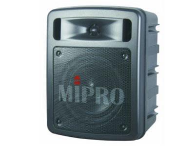 咪宝 MA-303超迷你手提式无线扩音机   当今市面最袖珍轻巧、功能最强、声音最清晰强劲的手提式无线扩音机。内建UHF ACT接收模块,具有Auto Scan自动频道搜寻及ACT频道自动同步功能,内建首创的隐藏式接收天线,可避免折断故障,增加接收距离、稳定度及抗干扰特性。装配MIPRO最贴心的控制面板独特设计,功能齐全、操作使用最容易。具有四种不同配备的机型,提供使用者选用。