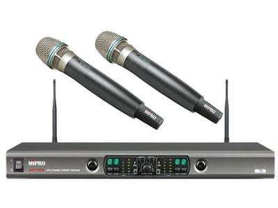 咪宝 ACT-100a   第三代双频道自动选讯无线手持话筒;载波频段 UHF 620~934MHz 接收天线 后置分离式设计 接收频道  双频道 预设频率数 第1~6群组各预设8个无条件限制的互不干扰频率,第7~8群组各预设12个及第9~10群组各预设15个互不干扰频率,共预设102个精挑的频率组合 接收方式 CPU控制自动选讯接收