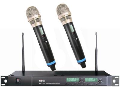 咪宝 ACT-118   纯自动选讯接收一拖二无线手持话筒;接收方式: 双调谐器纯自动选讯接收;载波频段: UHF 480~934MHz;接收天线: 后置分离式设计;预设频率数:第1-6个群组各预设8个无条件限制的互不干扰频率,第7-10个群组各预设16个互不干扰频率,共预设112个频率组合。最后第11个群组是让使用者自行设定及储存偏好的8个频率;振荡模式: PLL相位锁定频率合成;