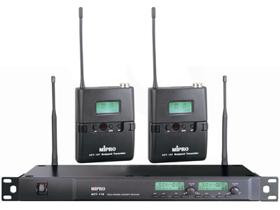 咪宝 ACT-118   纯自动选讯接收一拖二无线领夹话筒;接收方式: 双调谐器纯自动选讯接收;载波频段: UHF 480~934MHz;接收天线: 后置分离式设计;预设频率数:第1-6个群组各预设8个无条件限制的互不干扰频率,第7-10个群组各预设16个互不干扰频率,共预设112个频率组合。最后第11个群组是让使用者自行设定及储存偏好的8个频率;振荡模式: PLL相位锁定频率合成;