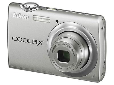 Nikon/尼康 S225   传感器:(1/2.3)英寸有效像素:1000万显示屏尺寸:2.5英寸显示屏像素:15万像素TFT液晶屏;连拍速度:连续拍摄(约 1.2 fps);快门速度:2-1/1000秒;电池类型:可充电锂电池;