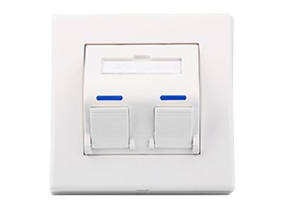 天誠 雅典系列斜口面板    ● 可提供1口、2口、兩個規格,并可以安裝任何標準的信息模塊及多媒體模塊; ● 45度安裝方式,可防止損壞,并有助于維持跳線的彎曲半徑,保證跳線性能; ● 依據國際標準ISO/IEC11801、TIA/EIA568設計制造; ● 使用高性能PC材料,光澤度高,柔韌性好,耐沖擊,抗沖擊,抗老化; ● 安裝定位孔專利設計,現場安裝不需要考慮底盒預埋的尺寸精度, 只需微調面板的位置和角度,即可完美安裝; ● 面板表面帶嵌入式標簽位置,便于識別數據和語音端口; ● 燃燒性能符合GB/T 5169.7-2001標準要求; ● 可安裝在任何表面:包括桌面、墻壁、夾板或組合式辦公家俱; ● 面板提供端口標簽; ● 隱藏的螺絲孔設計,使外觀更美觀; ● 密封性能良好的彈性防塵蓋,有效防止灰塵和其他污染物進入;