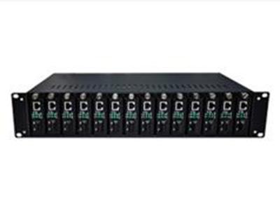19寸2U光纖收發器機箱(14卡槽)        2U14機架是一個高集成度的光纖收發器中心設備,可將最多14臺10/100M自適應的多模及單模光纖收發器集中裝在一個機架中,統一供電。這樣不但減少了連接線,簡化了結構,而且便于管理和維護。本機架支持熱插拔,可選用單電源或雙電源。采用雙電源時,當有一個電源出現故障時,另一個電源又可獨立供電,使收發器的工作不致中斷。