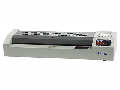 金典 S430塑封机  塑封速度: 740mm/min 其它参数: 最大塑封厚度:≤1mm  功率:600W  电压:110-220V,50/60Hz 预热时间:8min  过塑温度:90-160℃  胶辊数量:2条  过塑宽度:430mm 产品尺寸: 638x228x153mm 产品重量: 6kg