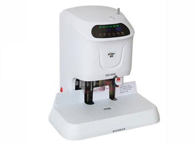 金典 GD-60E  产品类型: 自动财务装订机 打孔规格: 6mm 装订规格: A3 装订能力: 电动打孔电动装订 装订厚度: 1-50mm厚度(75g/㎡纸张) 铣刀形式: 6×50mm中空特种钻头 产品尺寸: 516×480×380mm 产品重量: 20kg