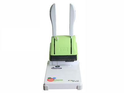 金典GD-XC103  产品类型: 快捷财务装订机 装订规格: 打孔直径:5mm 前后边距:7mm-24.5mm 装订厚度: 30mm以下 产品尺寸: 318×203×405mm(240mm手柄压下后的高度) 产品重量: 4.3kg