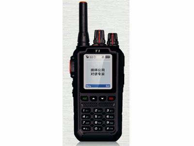 公网 T1  公网系统CDMA2000 1X 频率824~894MHz 规格122x60x37mm 重量约200g(含电池) 电池容量2800mAh(标配) 3600mAh(选配) 工作电压4.2V DC