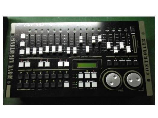 力度 DMX512/1990 标准, 384 个DMX控制通道,光电隔离信号输出。 同时控制最多30台电脑灯,每灯最大32个控制通道,使用动态灯址设置。内置图形轨迹发生器(SHAPE),方便用户对电脑灯进行图形轨迹控制,如画圆、渐变圆、线条、8字、波浪等多种效果。 图形参数(如:速度、大小、展开、方向)均可独立设置。30个走灯程序,每程序最多100步。可选自动速度控制、智能手动节拍控制(SWING)或音乐同步控制。可同时运行2个走灯程序、30个预置场景,并可同时对30台电脑灯进行提灯操作。配备MEM-CARD