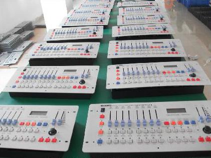 灯控台系列 DMX512,240可控制12/24台16通道电脑灯;可存储场景12个/24个,程序12个;程序最大步数为20/40步,程序总240/480步。总通道为240个调光通道为48个,可分控,点控,集控;LCD液晶显视屏,16*2字符;电压:220V±10\%  50Hz;体积:L483 x W178 x H80;重量:4.3KG05(mm)