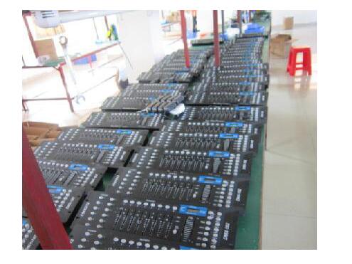 灯控台系列 DMX-512,192外置电源变压器标准DMX512信号MIDI IN/OUT,内置MIC声控输入,8路/192个DMX通道输出,可控12支电脑灯(每路16个通道)。30个软件程序库包含240组预设场景,每组场景8组场景。6个可编程预设程序,任意调用场景以及场景切换。编程迅捷,带记忆本,液晶显示,操作方便。4位数码管显示。BLACKOUT可用手动式MIDI作遥控控制。CHASES编程和CHASES运行功能,可用手动或用MIDI遥控控制。输出延时功能,用FADETIME电位器调节延时时间。DMX输出极性选