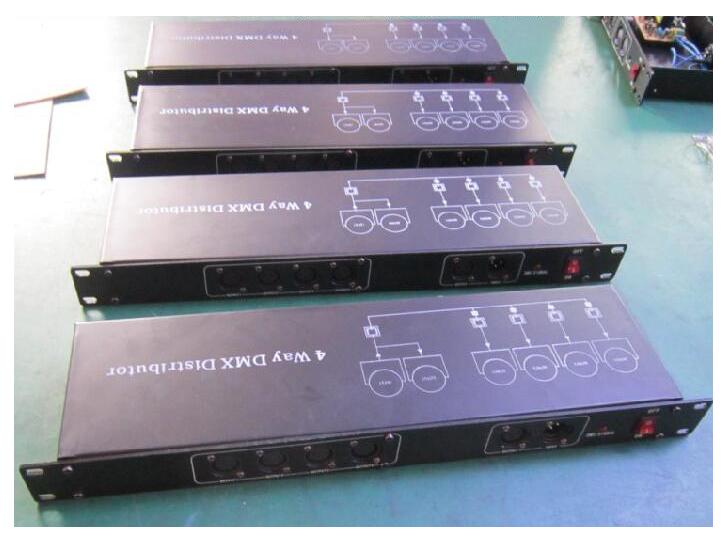 """4路信号放大器 YG-DMX04,供电:单相AC220V±10\%,频率50HZ±5\%.路信号输入,8路经独立电气隔离的信号分配输出。数字信号:DMX512,接口类型:RS-485以及采用RS-485接口传输的各种数字信号。信号连接插座:三芯音频阳座阴座。尺寸:19""""1U 有4路可选择。"""