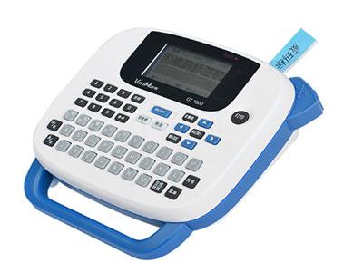 威码标签打印机-GT-1000  机型特征 手持便携式 打印精度 203dpi 外观尺寸 170X160X55mm 打印速度 15mm/s 重量 398g 标签带宽度(mm) 6、10、12、14mm 接口 无 打印方式 热转印 液晶屏显示 5字符X2行 多行印刷 1-4行 最大打印宽度 9mm 外框 10种 键盘 QWERT排列 条形码 8种 输入方式 拼音、笔画、英文 符号 17种行业符号 内置文字数 8306个文字,GB2312/6 余白 3种 剪切 手动