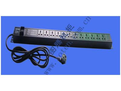 图腾 12位输出带防雷模块万能插孔PDU(PD.1201.9100)  输出单元:12位; 插座制式:GB2099.3-1997 10A国标万用插座; 输入插头:GB1002-1996 10A国标三扁插头; 输入方式:左端单路输入; 电缆线规格:3*1.5mm2*3M; 额定值:10A 250V; 承载功率:2500W; 产品尺寸:长*宽*高= 846*45*62mm; 安装方式:反方向安装; 控制功能:总控开关; 保护功能:AUEC-M30防雷模块; 外壳颜色:黑色;