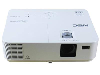 """NEC CD1100X    """"投影尺寸: 30-300英寸 屏幕比例: 4:3 投影技术: DLP 投影机特性: 3D,便携 亮度: 3000流明 对比度: 10000:1 标准分辨率: XGA(1024*768) 色彩数目: 10.7亿色"""""""
