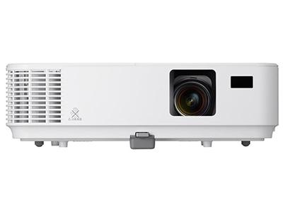 """NEC V302XC    """"投影尺寸: 30-300英寸 屏幕比例: 4:3 投影技术: DLP 投影机特性: 3D,便携 亮度: 3000流明 对比度: 10000:1 标准分辨率: XGA(1024*768) 色彩数目: 10.7亿色"""""""