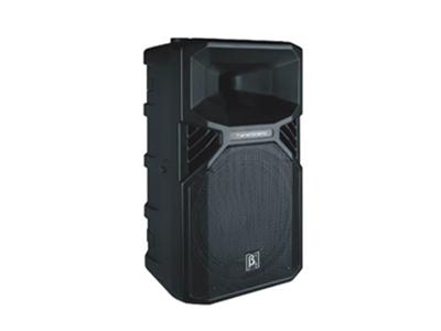 貝塔斯瑞 T12a 2分頻12英寸DSP有源全頻塑膠揚聲器系統  緊湊型輕便設計,獨特的外觀 系列功放采用新一代Class D 功放,穩定耐用 面網的抗壓性好 專利35mm雙孔支撐座,可垂直或下調5度支撐 M8吊點(所有全頻音箱都有配備)非常便于不同安裝場合的應用