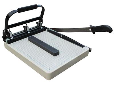 云广A4-4带打孔切刀   A4幅面,3孔可任意调节孔距,孔径是5mm,打孔15-20张,切纸厚度2mm,切纸精度是0.5mm。