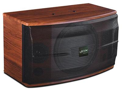 """英國JRK K-160   """"三單元兩分頻KTV音箱 一只10英寸低音單元 兩只3英寸紙盆高音 采用專業高效率卡拉OK專用單元 采用音箱專用保護 人聲表現力出色,中頻渾厚,透徹 額定功率(RMS):180W 峰置功率(RMS):40W 最大聲壓級(RMS):122dB 靈敏度(1m/1w):96dB 頻率響應(-3dB):60Hz-20KHz+-1dB 推薦阻抗:8歐 尺寸(W*H*D):320*330*520mm 凈重:14Kg"""""""