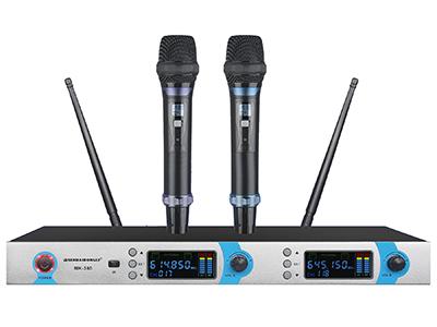 森海動力 MK-380   針對KTV娛樂所開發設計的高穩定/耐用性管體結構。 雙通道UHF無線系統,每通道100個頻率可選。 背光式LED顯示屏指示了RF和AF信號強度,電池狀態,分集通道指示(A/B),頻率,頻率組/頻道等工作狀態。 采用數字音碼鎖定技術,有效阻隔使用環境中的雜訊干擾。 采用最新紅外線自動對頻(IR)技術,設定和操作更簡便。 2支話筒可互換使用,通用性強,全金屬電鍍管體,堅固,抗摔,耐磨。
