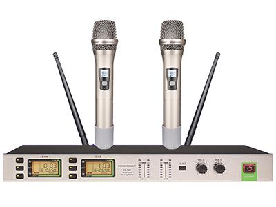 森海動力 MK-580   針對KTV***所開發設計的高穩定/耐用性管體結構。 雙通道UHF無線系統,每通道100個頻率可選。 背光式LED顯示屏指示了RF和AF信號強度,電池狀態,分集通道指示(A/B),頻率,頻率組/頻道等工作狀態。 采用數字音碼鎖定技術,有效阻隔使用環境中的雜訊干擾。 采用最新紅外線自動對頻(IR)技術,設定和操作更簡便。 2支話筒可互換使用,通用性強,全金屬電鍍管體,堅固,抗摔,耐磨。
