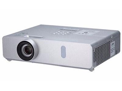 松下PT-BX441C  商務教育機 強光感應功能;水平、垂直梯形校正和四角校正功能;10W揚聲器和麥克風輸入;1.6倍變焦;實時梯形校正
