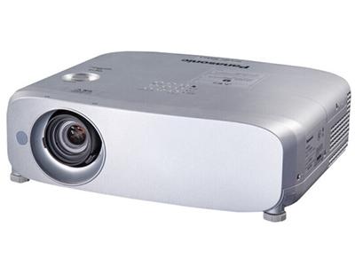 松下PT-BX631C   寬屏 投影儀 加強版強光感應功能;鏡頭垂直方向位移功能;實時梯形矯正;1.6倍變焦;HDMI*2、USB接口;曲面校正功能;全新直排式冷卻散熱系統;密閉機殼結構設計;