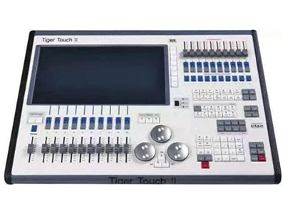 YG-TT 02 TT触摸老虎二代  高性能酷睿四核i5处理器,主频3.0G金士顿 120GB固态硬盘 4GB内存 支持中文菜单显示且内置多国语言。 内置一个15.6寸触摸屏并可扩展外接一个17寸触摸屏。 内置USP电源,不接入交流220V电可正常操作3小时。 支持Artnet并可扩展至64个DMX输出口32768个通道。 10个宏按键可编辑任何程序。 20个重放打推杆支持10000个虚拟重放。