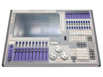 YG-TT 03 TT触摸老虎控台TGT  高性能酷睿四核i5处理器,主频3.0G金士顿 120GB固态硬盘 4GB内存 支持中文菜单显示且内置多国语言。 内置一个15.6寸触摸屏并可扩展外接一个17寸触摸屏。 内置USP电源,不接入交流220V电可正常操作3小时。 支持Artnet并可扩展至64个DMX输出口32768个通道。 10个宏按键可编辑任何程序。 20个重放打推杆支持10000个虚拟重放。