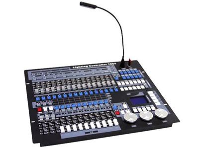 YG-1024 小珍珠1024控台A  DMX512/1990标准,最大1024个DMX控制通道,光电隔离信号输出; 最大控制96台电脑灯或96路调光,使用珍珠灯库; 内置图形轨迹发生器,有135个内置图形,方便用户对电脑灯进行图形轨迹控制,如画圆,螺旋,彩虹,追逐等多种效果; 图形参数(如:振幅,速度,间隔,波浪,方向)均可独立设置; 60个重演场景,用于储存多步场景和单步场景,多步场景最多可以储存600步; 带背光的LED显示屏,中英文显示