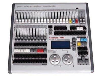 YG-FOX 1024S电脑灯控台A  最大1024个DMX控制通道,DMX512/1990标准,光电隔离信号输出端口。 最大控制120台电脑灯或120路调光及LED灯具。 每灯最大42个控制通道,使用灯库模式。(R20灯库) 带属性通道推杆,方便用户控制灯具。 最大存储300个重演程序共分30页。 带40个直选场景,可同时叠加输出,可配合重演作现场特效,可点控及锁存。