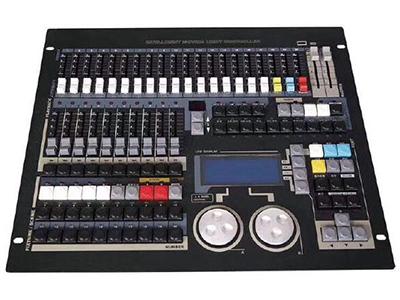 YG-FOX 1024S电脑灯控台B  最大1024个DMX控制通道,DMX512/1990标准,光电隔离信号输出端口。 最大控制120台电脑灯或120路调光及LED灯具。 每灯最大42个控制通道,使用灯库模式。(R20灯库) 带属性通道推杆,方便用户控制灯具。 最大存储300个重演程序共分30页。 带40个直选场景,可同时叠加输出,可配合重演作现场特效,可点控及锁存。