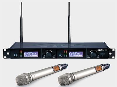 "JTS   UF-22R/TC-22TH*2双手持咪 ""独创专利RF REMOSET功能可在10米内同步设定 载波频率范围UHF 470~960 MHz  双频道 LCD液晶显示器 双调谐器纯自动选讯接收(True Diversity) 输出插头型式2 个平衡式XLR接头 / 2 个非平衡式φ6.3mm接头 TC-22TH手握发射器配TC-22纯真音头"""
