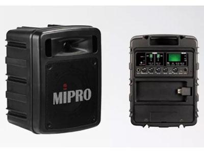 """咪宝  MA303DB/ACT32H*2手持或领夹各二 """"放大器低音:最大输出60W,ClassD,失真﹤1\%,频响50Hz~18Hz; 灵敏度:正常92dB,最大102dB; 喇叭系统:1寸高音,5寸中低音的双音路系统; 音源输入:∅6.3mm麦克风插座∅3.5mmLINE IN插座,独立音量控制; 音源输出:∅3.5mmLINE OUT插座;充电时间:4小时(自动充电管理); 待机时间:9小时以上; 蓝牙功能:有; 报警器:具有高效率报警器; 电源供应:内置14.8V/2.6A锂电池及外加100~24"""