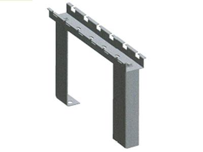 厚德纜勝  機柜支架 ◎ 用于:用于在地面或機柜頂部安裝網絡橋架  ◎ 適合:100mm到500mm的網格橋架,支撐高度為120mm、170mm或定制。  ◎ 包括:橫檔×1,支撐腳×2,緊固件一套  ◎ 特點:整齊大方、承重好
