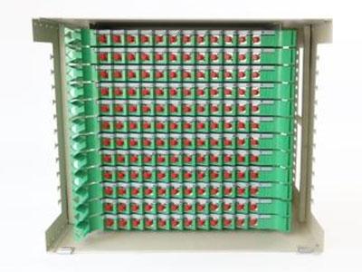 厚德纜勝  ODF配線架 ◎ 電解板架體,整體靜電噴涂。  ◎ 采用正面進纜,全正面化操作。  ◎ 安全靈活,可以靠墻或靠背安裝,并可大規模并架。  ◎ 模塊化結構,可調節熔接、配線單元組合。  ◎ 適配器與接續單元正面呈30°,既保證了跳線的彎曲半徑,又可避免激光灼傷人眼。  ◎ 確保光纖、光纜在任何位置的彎曲半徑大于40mm。  ◎ 采用多組過纖單元,實現跳線管理的科學化。  ◎ 通過各種單元的簡單調整,可實現上進纜或下進纜、光纖配線標識清晰。