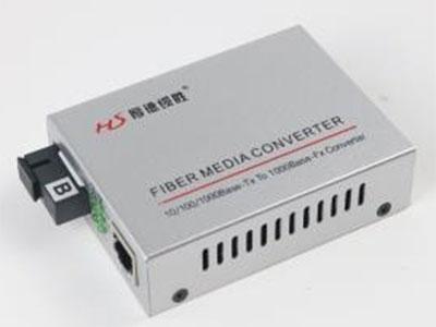 厚德纜勝  收發器  電口RJ45 光口 SC 按光纖性質分類 單模光纖收發器傳輸距離20公里至12公里 單模光纖收發器傳輸距離2公里到5公里 按所需光纖性質單纖光纖收發器接收發送的數據在一根光纖上傳輸 雙纖光纖收發器接收發送的數據在一根光纖上傳輸 按電源性質 內置電源光纖收發器內置開關電源為電信級電源 外置電源光纖收發器外置變壓器電源多使用在民用設備上