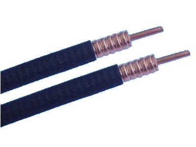 射频电缆连接天线和发射机输出端(或接收机输入端)的电缆称为传输线或馈线。 ? 传输线的主要任务是有效地传输信号能量,因此,它应能将发射机发出的信号功率以最小 的损耗传送到发射天线的输入端,或将天线接收到的信号以最小的损耗传送到接收机输入 端,同时它本身不应拾取或产生杂散干扰信号,(要求传输线必须屏蔽)。 ? 绝缘层采用低烟低卤阻燃聚氯乙烯护套,这类电缆可以防止火灾的蔓延,不会产生对人体 有害的气体。