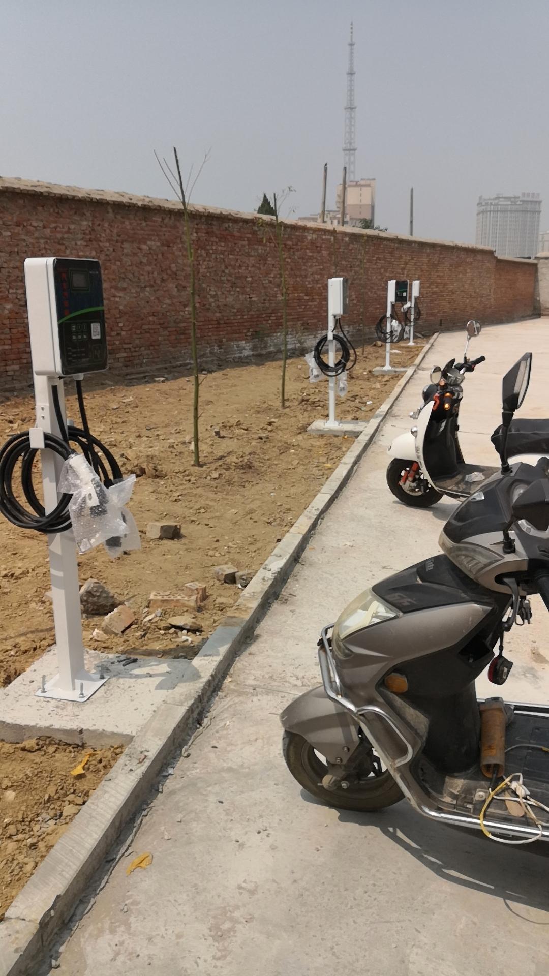 两路双枪新能源汽车充电桩双枪汽车桩,支持两辆新能源汽车同时充电。输出共计14KW,适合所有国标充充电。