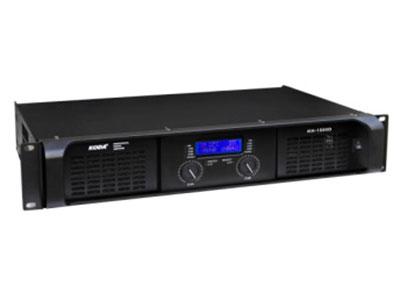 科达  KH-1500D数字功放 1.德国Class D高性能数字模块,最大5600W高密度的连续功率输出2.采用液晶显示屏可显示,实时温度、增益大小、工作模式、保护模式一目了然3.超过95\%的能量转化效率,节能环保4.后板设有地址码,可调整工作模式(立体声/桥接)及输入灵敏度5.整机具备智能全方位电子电路高速保护6.XLR输入/输出信号连接插座7.Sprak ON NI4输出插座8.清新甜美的声音、强劲有力的低音。    额定功率8Ω立体声功率:1500W×2           额定功率4Ω立体声功率:2350W×2