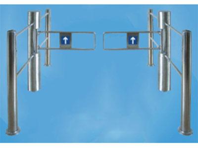 """超市摆闸HY-CS04 """"标配功能:双向开闸、双向延时复位 外壳外形尺寸:主柱直径168mm 挡板:标配(polyurethane材质)软翼红色或蓝色可选,也可用亚克力板 重量:40Kg-60Kg 摆臂长:300mm-600mm(可单台或配对使用,建议选配护栏) 摆臂最大承受力:30Kg 摆臂传动角度:180度 特点:该圆柱摆闸,功能简单、应用场地广、可扩展性强。 """""""