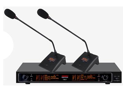 特美声 T8821双会议 1、采用UHF高频段设计,性能稳定                         2、配置2路独立音频输出,1路混合输出,同时单路音量可调,满足不同场合。                                    3、LED显示屏指示信号强度,频率工作状态。                        4、适用范围;会议室,学校教室,多媒体室和户外演出。