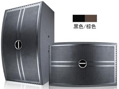 特美声  卡包箱 阻抗:8欧,信噪比:92db 峰值功率:300*2  频响范围:46Hz-20KHz 输出功率:8欧150*2 覆盖角度:45度-90度(平米)*45(垂直) 配置描述:10寸低音喇叭120磁38芯,松压盆,T铁6配6,3寸纸盒高音14芯50磁, 声音清晰悦耳。箱体采用15厘高密度中纤板,进口PVC贴皮工艺线条优美。铁网为私模,高档。可吊挂。