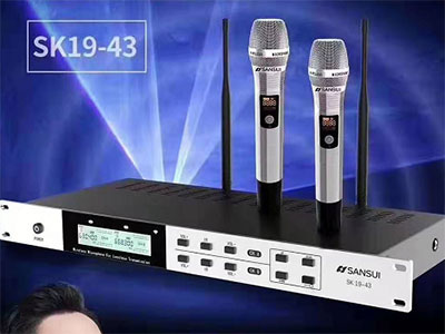 """山水 SK19-43 """"设备功能 接收:一键智能搜索干净频率 一键智能对频  一键智能存储和锁定设置参数 发射: 一键智能切换发射功率,距离30-80米 系统指标 频率范围:630-718MHz  调制方式:宽带FM 可调范围100MHz  频道数目:100(或200个)  频道间隔:300KHz  频率稳定度:±0.005\%以内  动态范围:100dB  最大频偏:±15KHz 音频响应:80HZ-15KHz(±3dB)  综合信噪比:>105dB  综合失真:≤0.5\%  工作温度:-20℃~+50℃ 接"""