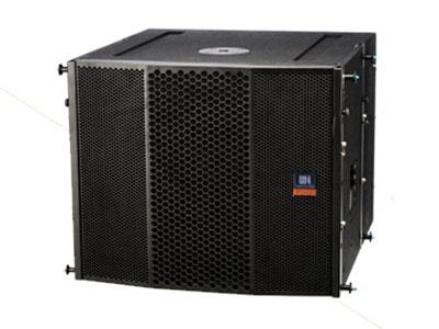 威皇 線陣低頻擴展音箱 VR-L15 采用全新的外形結構和新的表面噴漆工藝組成的低音音箱。VR-L15音箱是用堅固的多層芬蘭樺木膠合板制成,全新聲學設計,體積小巧精致,外觀時尚高檔。VR-L15音箱設計上采用了目前音質效果最好的倒相式低音,并且對其倒相管進行了優化設計,使倒相管的風速降低到一定的程度,減少了風聲對低頻的干涉,提供了音質。鐵網內部采用防水網棉的方式,可以防止外部雨水直接進入,可以起到防雨水的作用。專門設計的五金連接件和專用的五金吊裝架,不僅可以和VR-110方便連接,和吊架的連接和拆卸同樣也很方便快捷