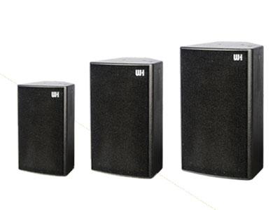 威皇 GD系列全頻 特殊箱體形狀結構,配合單元椎體形狀有效消除箱體內的駐波減少音染; 高強度多層夾板材配合無縫隙結合結構使聲音更通透清晰、速度更快; 低頻飽滿 人聲磁性豐富,口齒清晰,高頻結實透亮細膩柔和; 吊掛設定齊全 可滿足各種特殊環境的安裝; 采用高強度的特殊油漆、防滑耐磨、不變色、永久如新。 外觀典雅順滑,大氣穩重。